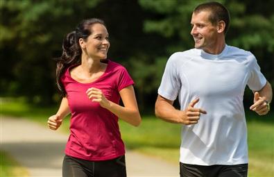 Tränande par joggar utomhus